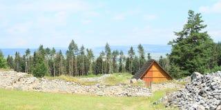 Fördärvar av gammal kloster bak äng i slovakiskt paradis Royaltyfri Bild