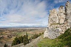 Fördärvar av gammal kyrka och det Alcarria landskapet som ses från Trijueque royaltyfri fotografi