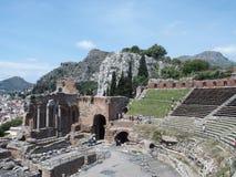 Fördärvar av gammalgrekiska och den roman teatern i Taormina Royaltyfri Bild