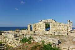 Fördärvar av gammalgrekiskabasilikan av VI--Xårhundradena i Chersonesus Tavrichesky royaltyfri foto