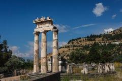 Fördärvar av gammalgrekiskastaden av Delphi (Delfi), Grekland Arkivfoto