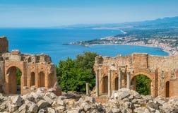 Fördärvar av gammalgrekiskateatern i Taormina med den sicilian kustlinjen Landskap av Messina, Sicilien, sydliga Italien royaltyfria foton