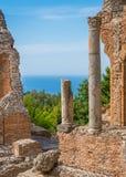 Fördärvar av gammalgrekiskateatern i Taormina med havet i bakgrunden Landskap av Messina, Sicilien, sydliga Italien royaltyfri fotografi
