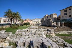 Fördärvar av gammalgrekiskatemplet av Apollo i Siracuse, Sicilien royaltyfri foto