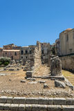 Fördärvar av gammalgrekiskatemplet i Syracuse, Sicilien arkivfoton