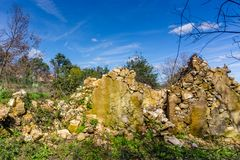 Fördärvar av gammalt övergett stenhus i Figueiro DOS Vinhos, Portu royaltyfri fotografi