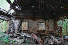 Fördärvar av gammalt övergett trähus Fotografering för Bildbyråer