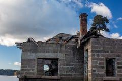 Fördärvar av gammalt hus nära Shiroka Polyana sjön arkivbilder
