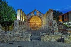 Fördärvar av Hagia Sophia Church i Nessebar i skymning, Bulgarien royaltyfria bilder
