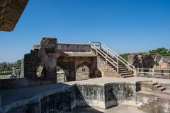 Fördärvar av historiskt bad eller pöl i Jahaz Mahal eller skeppslott royaltyfria foton