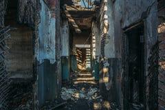Fördärvar av hus för bränd tegelsten efter brandkatastrofolycka Korridor inom och att bygga utan taket, högar av aska fotografering för bildbyråer