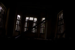 Fördärvar av hus inom mörkt läskigt Arkivbild