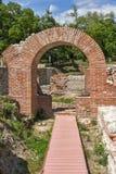 Fördärvar av ingången av det roman badet i forntida Diocletianopolis, stad av Hisarya, Bulgarien Arkivbild