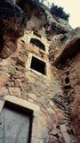 Fördärvar av kloster som byggs in i klippan Arkivfoton