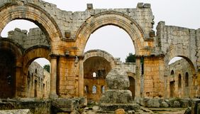 Fördärvar av kyrkan av helgonet Simeon Stylites på Idlib, Syrien royaltyfri fotografi