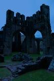 Fördärvar av Llanthony priorskloster i skymning, Abergavenny, Monmouthshire, Wales, UK Royaltyfri Foto