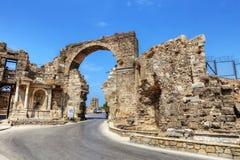 Fördärvar av marknadsplatsen, forntida stad i sidan i en härlig sommardag, Antalya, Turkiet arkivbilder