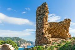 Fördärvar av medeltida torn Royaltyfria Bilder