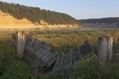 Fördärvar av Opokskogo det hydroelektriska komplexet nära byn av Porog, det Velikoustyugsky området, den Vologda regionen Arkivfoton
