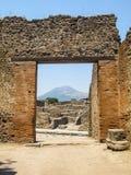 Fördärvar av Pompeii och vulkan Vesuvius Arkivfoton