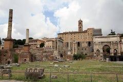 Fördärvar av romerskt fora i Rome Arkivfoto