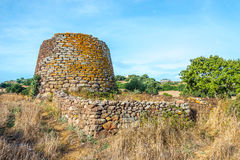 Fördärvar av Ruiu nuraghe nära Chiaramonti i Sardinia Arkivbild