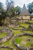 Fördärvar av runda hus av Kuelap, förstörd citadellstad av kultur för den Chachapoyas molnskogen i berg av nordligt per royaltyfri bild
