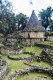 Fördärvar av runda hus av Kuelap, förstörd citadellstad av kultur för den Chachapoyas molnskogen i berg av nordligt per fotografering för bildbyråer