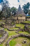Fördärvar av runda hus av Kuelap, förstörd citadellstad av kultur för den Chachapoyas molnskogen i berg av nordligt per arkivbild