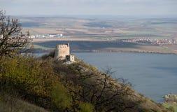 Fördärvar av slotten för ky för  för DÄ-› viÄ i Palava kullar ovanför Nové Mlà för den konstgjorda sjön som ½ är ny i södra Mor Royaltyfria Bilder