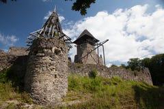 Fördärvar av slotten Nevytske i Transcarpathian region Uzhgorod foto Nevitsky slott som byggs i det 13th århundradet ukraine Arkivbilder