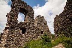 Fördärvar av slotten Nevytske i Transcarpathian region Uzhgorod foto Nevitsky slott som byggs i det 13th århundradet ukraine Royaltyfria Bilder