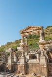 Fördärvar av springbrunnen av Trajan i Ephesus Arkivbild