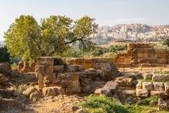 Fördärvar av templen i den forntida staden av Agrigento, Sicilien Royaltyfri Fotografi