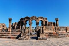 Fördärvar av templet av Zvartnots med blå himmel i bakgrund, Armenien fotografering för bildbyråer