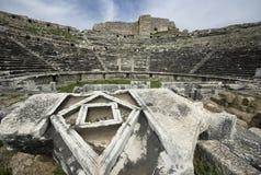 Fördärvar av theaterRuins Miletus för den forntida staden av teatern Miletus för den forntida staden royaltyfria foton