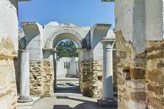 Fördärvar av tidigt den 10th århundraderundakyrkan av St John nära huvudstaden av den första bulgariska välden stora Preslav Royaltyfri Bild