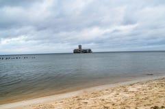 Fördärvar av torpedownia på Östersjön på den molniga dagen royaltyfri fotografi