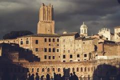 Fördärvar av Trajan forum mot en mörk stormig himmel Royaltyfri Bild