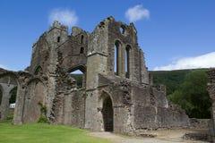 Fördärvar av väggar, och bågar av den gamla abbotskloster i Brecon leder i Wales Arkivfoton