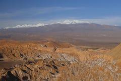 Fördärvar dalen - Valle de Marte och snö-täckte volcanoes, den Atacama öknen, Chile arkivfoto