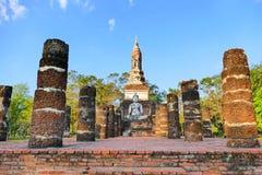 Fördärvar den forntida buddistiska templet för den sceniska sikten, och Buddhastatyn av Wat Tra Phang Ngoen i den historiska Sukh Arkivfoton