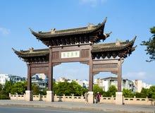 Fördärvar den forntida Yangzhou östliga portfärjan royaltyfri bild