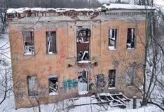 FÖRDÄRVAR förstörelse av två-våningen huset Royaltyfria Bilder