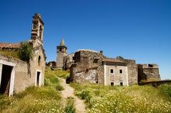 Fördärvar först sett på att skriva in den övergav fästningen av Juromenha Arkivfoton
