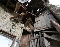 fördärvar och trästrålar av de gamla stallen som överges i nordligt Royaltyfri Fotografi