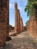 Fördärvar och väggen av den gamla templet i Thailand av dragningsimpoen arkivbild