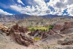 Fördärvar på den Basgo kloster med stenar, vaggar och ett damm, Leh, Ladakh, Indien Arkivbild