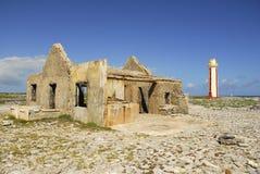 Fördärvar vid den Willemstoren fyren på Bonaire Arkivbilder