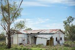 Fördärvat lantgårdhus som ner faller och övergett arkivfoton